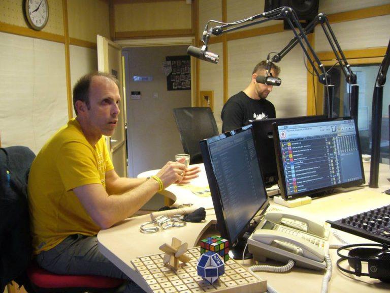 Szabolcs a Rádió88 stúdiójában ül a mikrofon előtt.