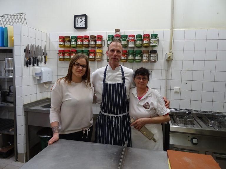 Kisteleki jótékonysági főzés kulisszatitkai a konyhából. Szabi és segítői láthatók főzés közben.
