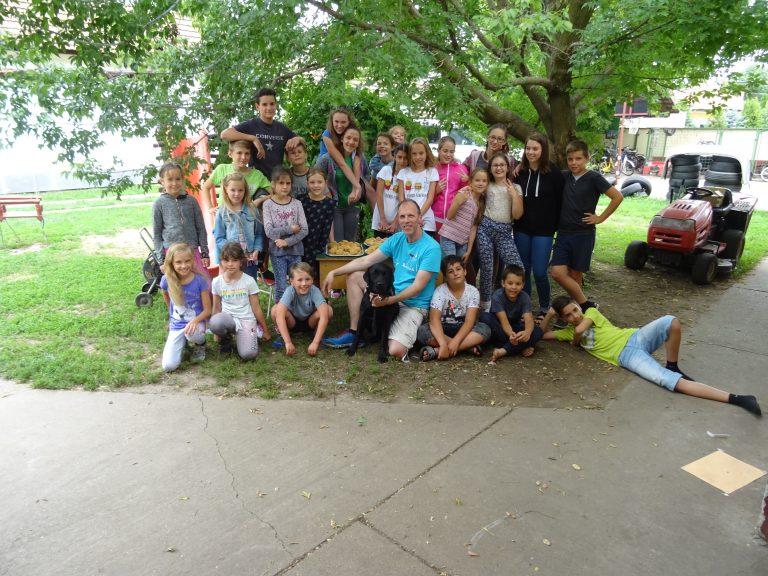 Egy lombos fa árnyékában készült csoportkép a táborban részt vett több mint 20 gyerkőcről és természetesen Szabiról és Elviszről.